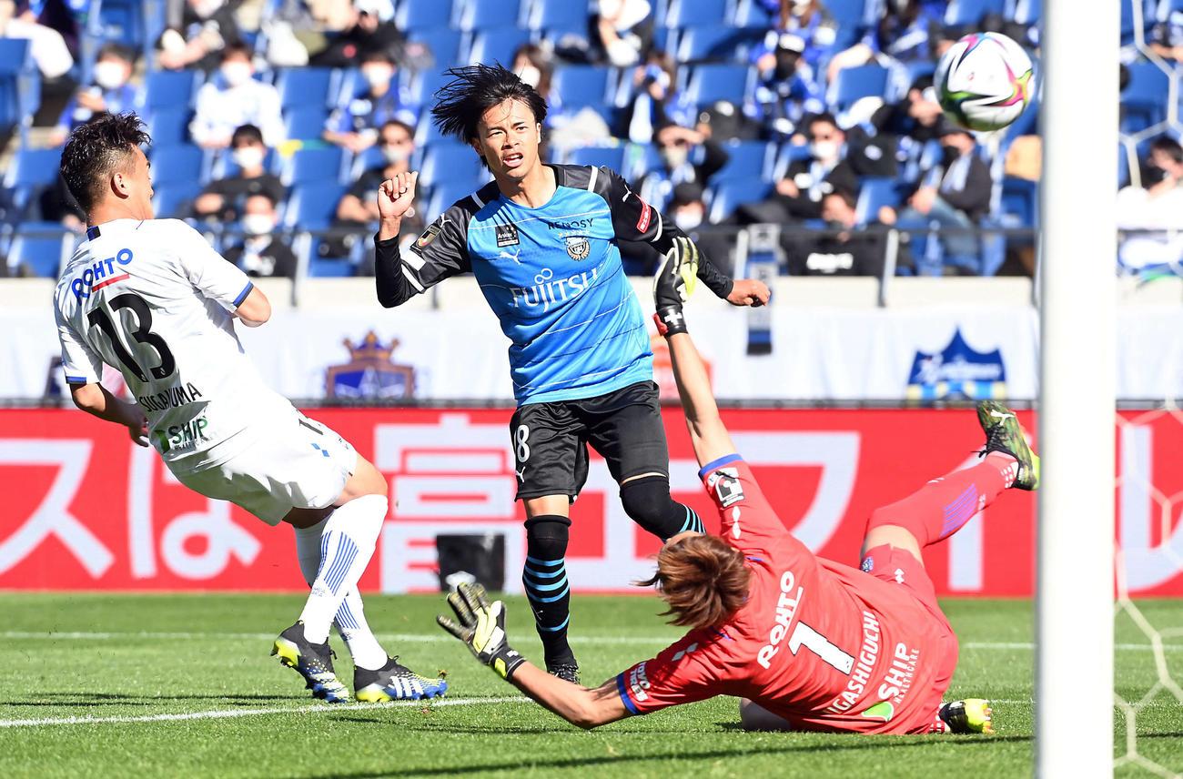 川崎F対G大阪 前半、先制ゴールを決める川崎F・FW三笘(撮影・たえ見朱実)