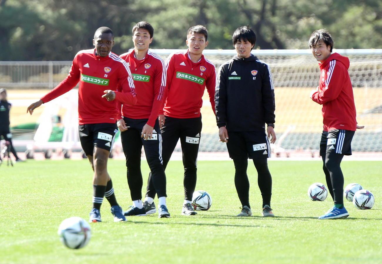 仙台DFシマオ・マテ(左)の練習を見守るFW西村(左から3人目)。同2人目はDF蜂須賀、右はDF長倉(撮影・山田愛斗)
