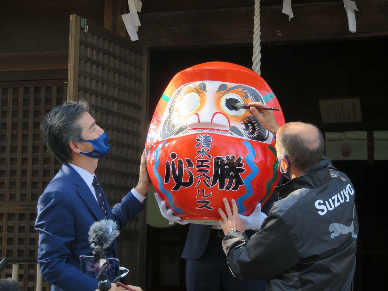 静岡市内の神社を訪れた清水エスパルスのロティーナ監督(右)と山室晋也社長は、必勝ダルマに墨入れを行う