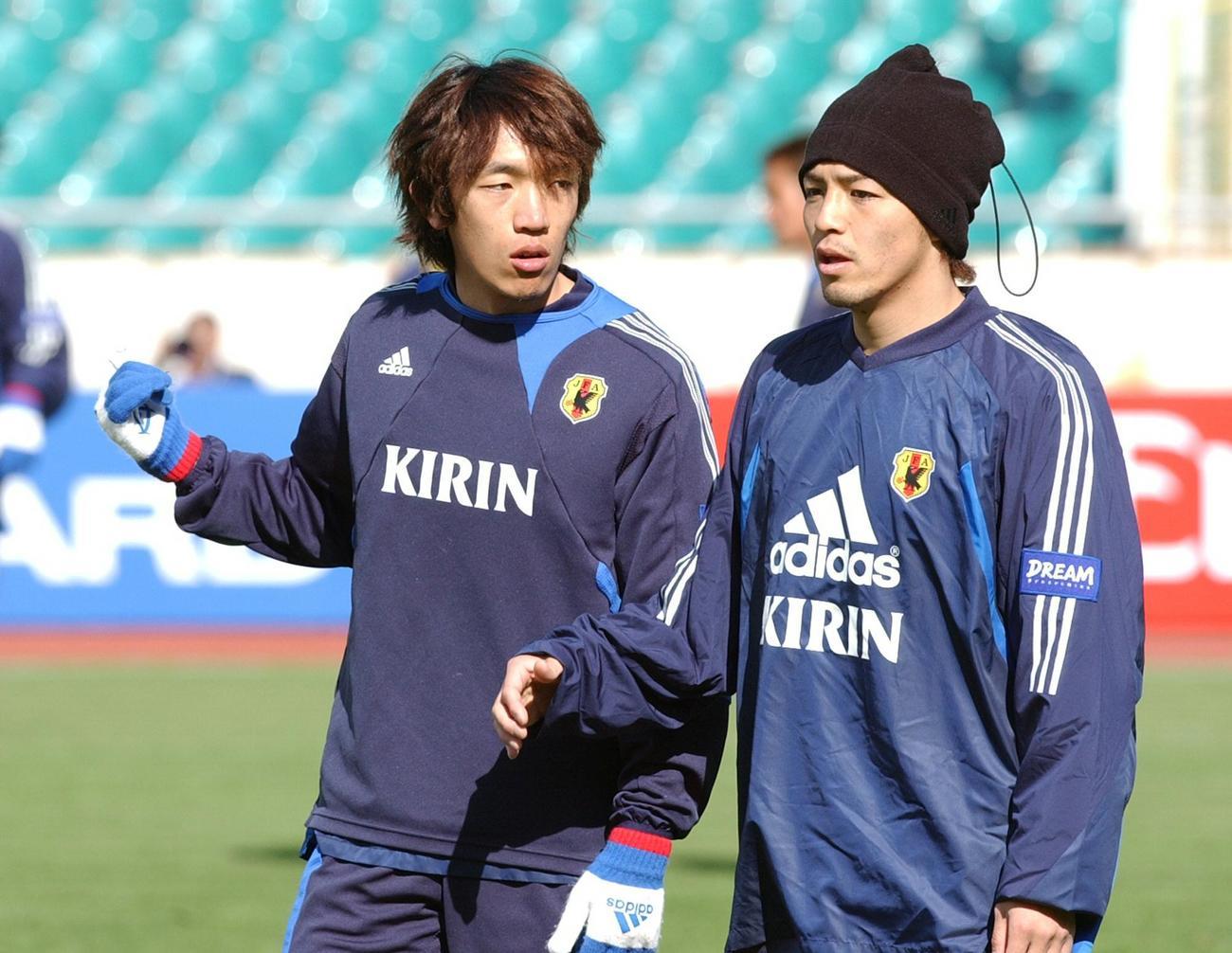 日本代表時代の中村俊輔(左)と小野伸二(2005年3月24日撮影)