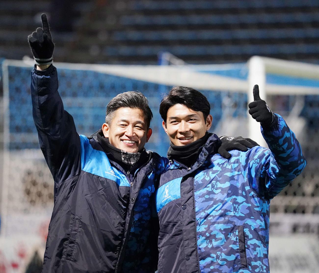 20年12月19日、J1最終節 横浜FC対横浜 試合後のセレモニーで記念撮影する横浜FC・FWカズ(三浦知良)(左)とFW瀬沼優司