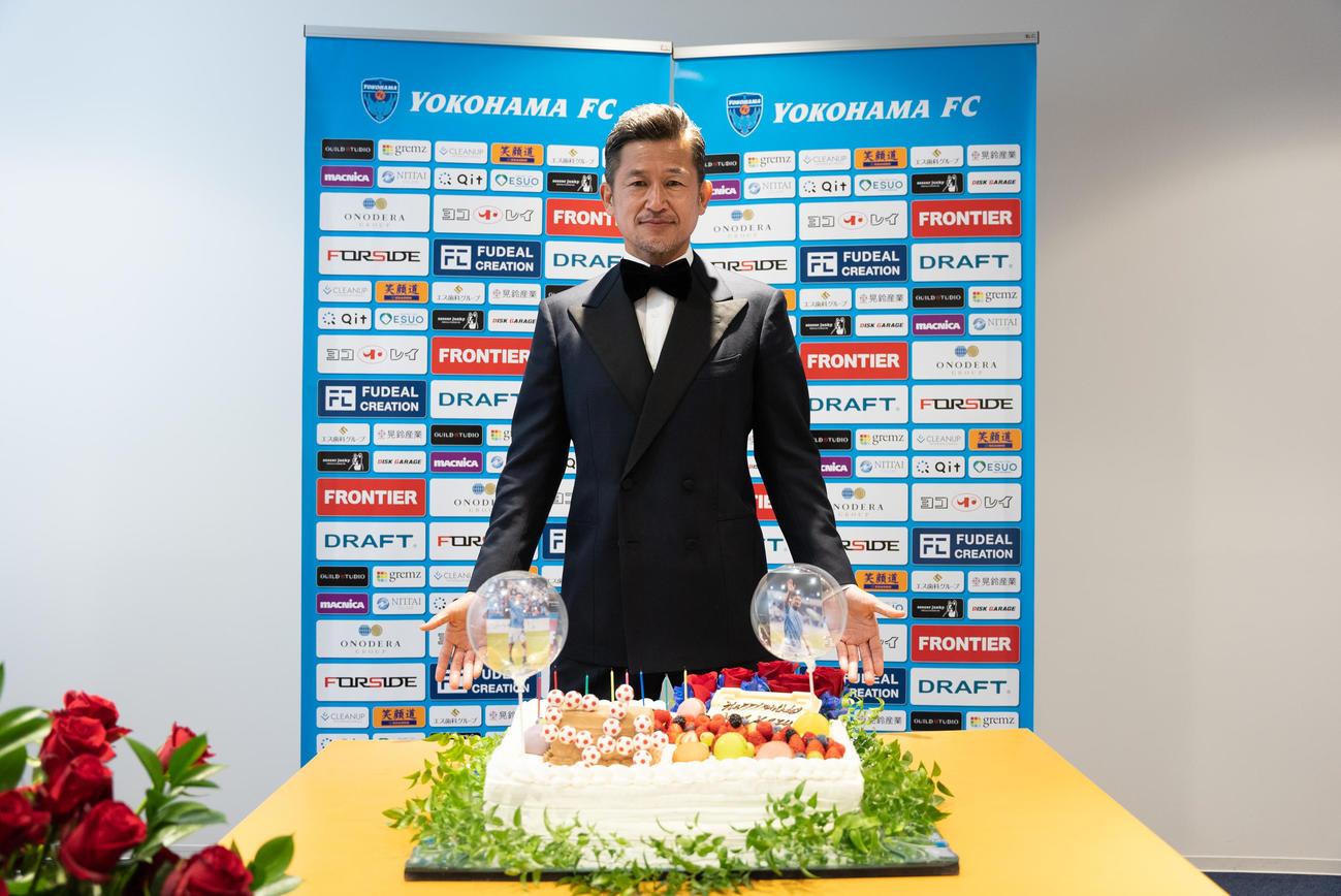 54歳の誕生日を迎え、特製バースデーケーキを前に記念撮影に応じる横浜FC・FWカズ(c)YOKOHAMA FC
