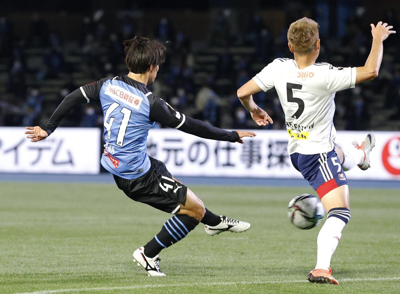 川崎―横浜M 前半、先制ゴールを決める川崎・家長(41)(共同)