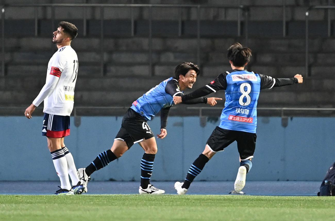 川崎F対横浜 前半、ダイビングヘッドで2点目を決めた川崎F・MF家長(中央)は笑顔を見せる(撮影・山崎安昭)