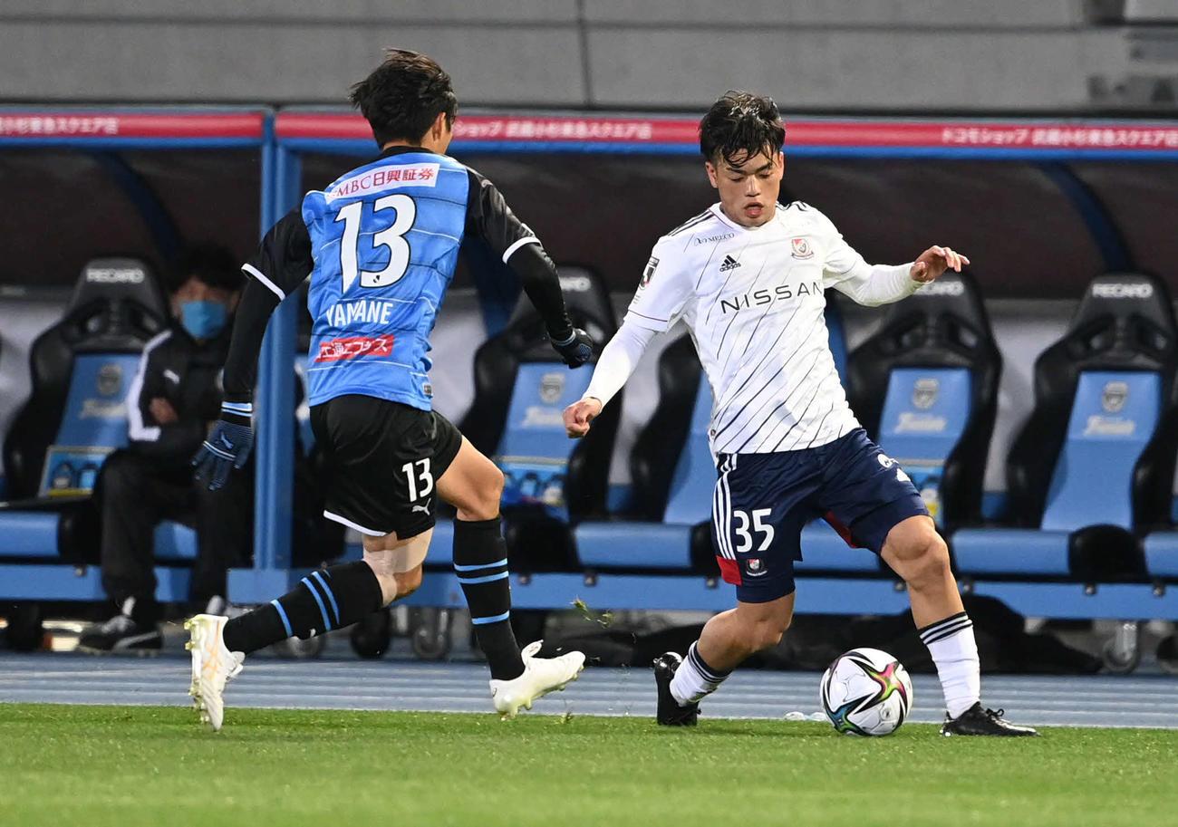 川崎F対横浜 前半、ドリブルで仕掛ける横浜MF樺山(撮影・山崎安昭)