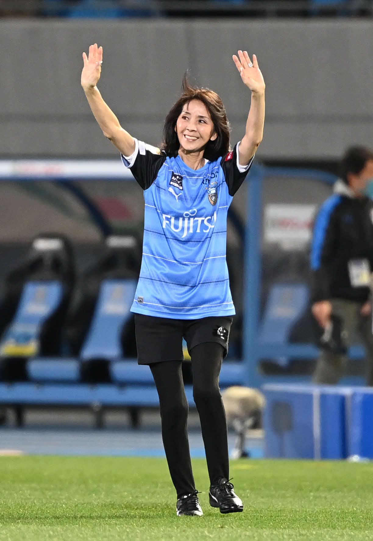 川崎F対横浜 試合前、「始九式」に登場した坂本九さんの妻柏木由紀子(撮影・山崎安昭)