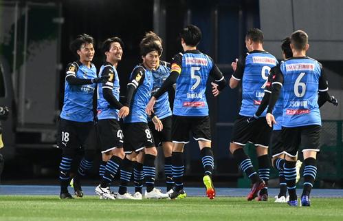川崎F対横浜 前半、ダイビングヘッドで2点目を決めた川崎F・MF家長(左から2人目)は三笘(左)らと笑顔を見せる(撮影・山崎安昭)