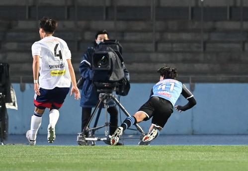 川崎F対横浜 前半、ダイビングヘッドで2点目を決める川崎F・MF家長(右)(撮影・山崎安昭)