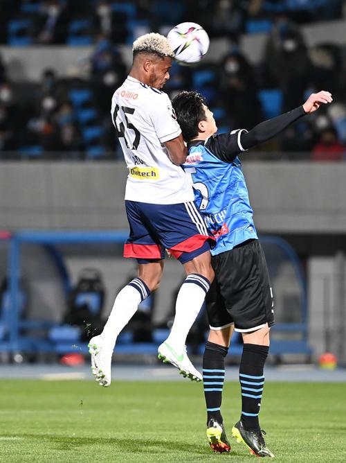 川崎F対横浜 前半、ヘディングシュートを放つ横浜FWオナイウ(左)(撮影・山崎安昭)