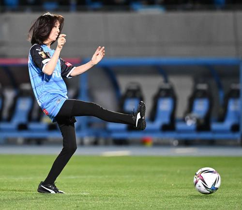 試合前、「始九式」でシュートを放つ坂本九さんの妻柏木由紀子(撮影・山崎安昭)