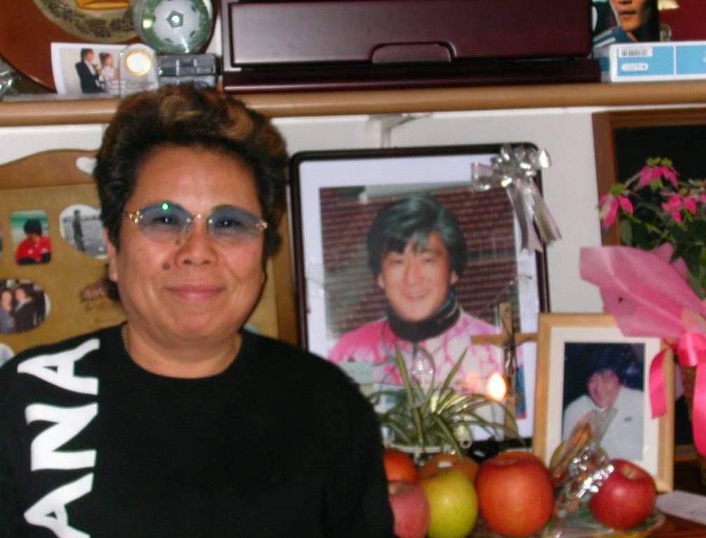 ネルソン吉村(吉村大志郎)さんの遺影と、吉村多恵子夫人(2005年11月撮影)