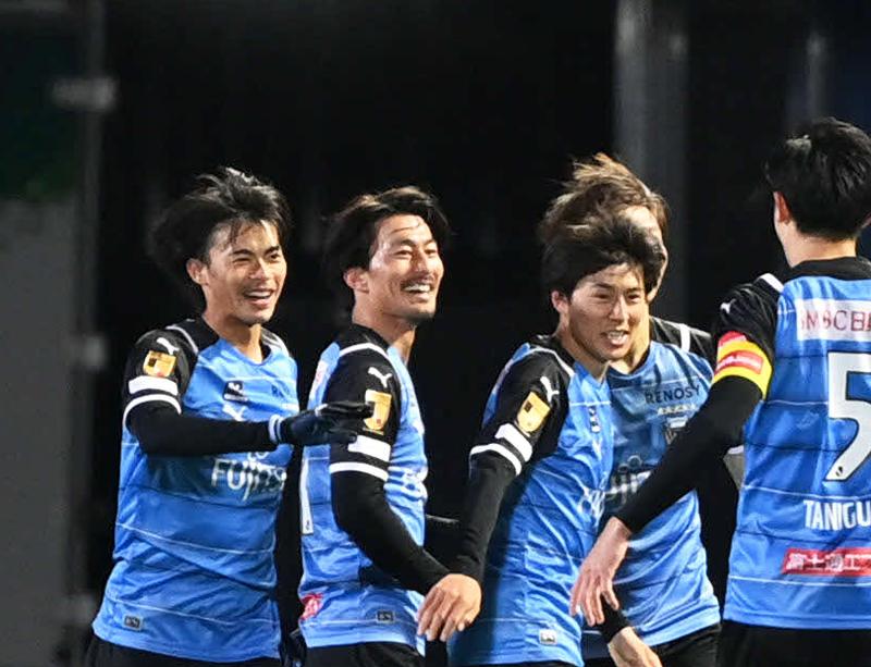 前半、2点目を決めた川崎F・MF家長(左から2人目)は笑顔を見せる(撮影・山崎安昭)