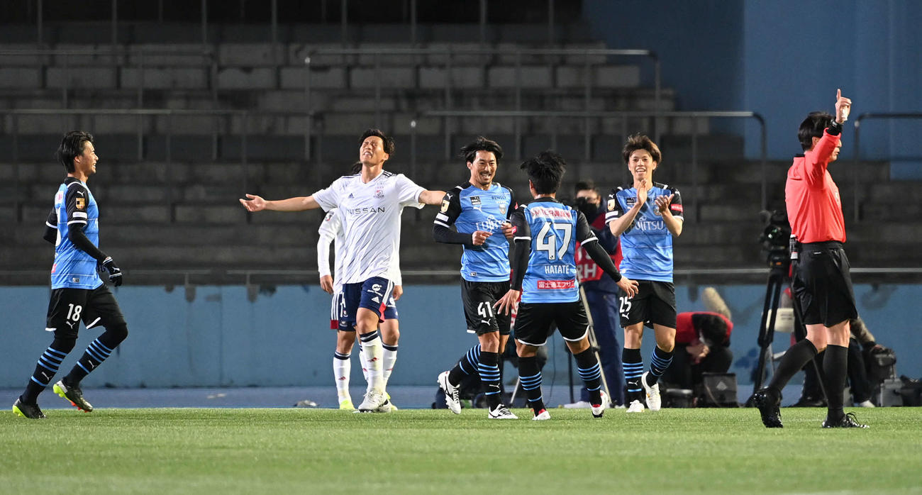 川崎F対横浜 前半、先制点を決めて喜ぶ川崎F・MF家長(中央)(撮影・山崎安昭)
