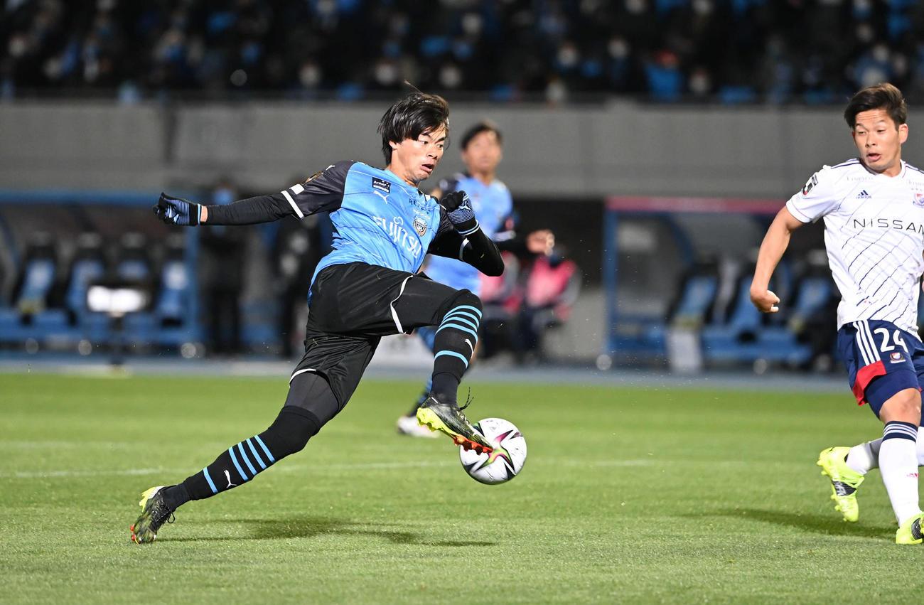 川崎F対横浜 後半、川崎F・MF三笘は右足でシュートを放つと見せかけ切り返す。右は横浜DF岩田(撮影・山崎安昭)