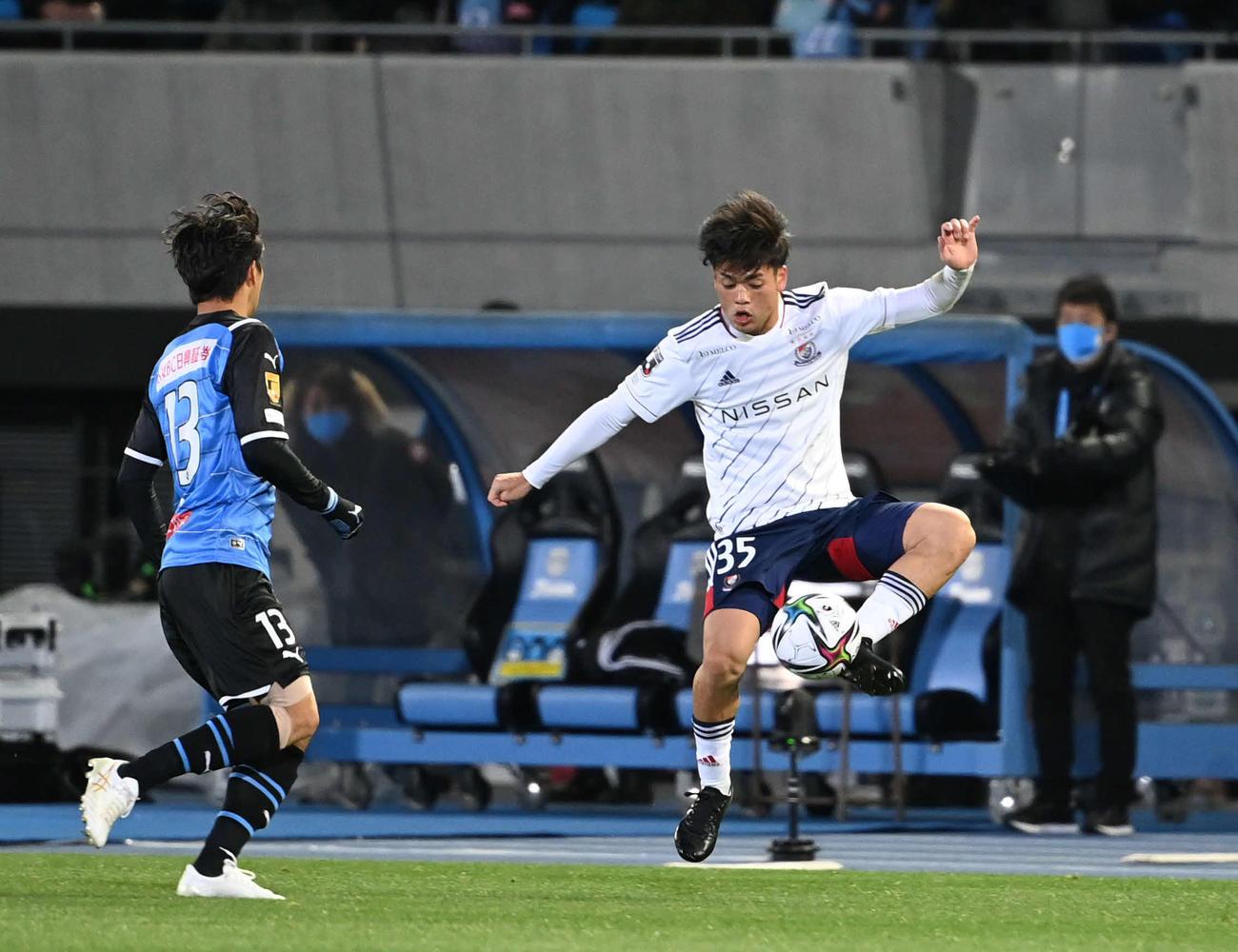 川崎F対横浜 前半、パスを受ける横浜MF樺山(撮影・山崎安昭)