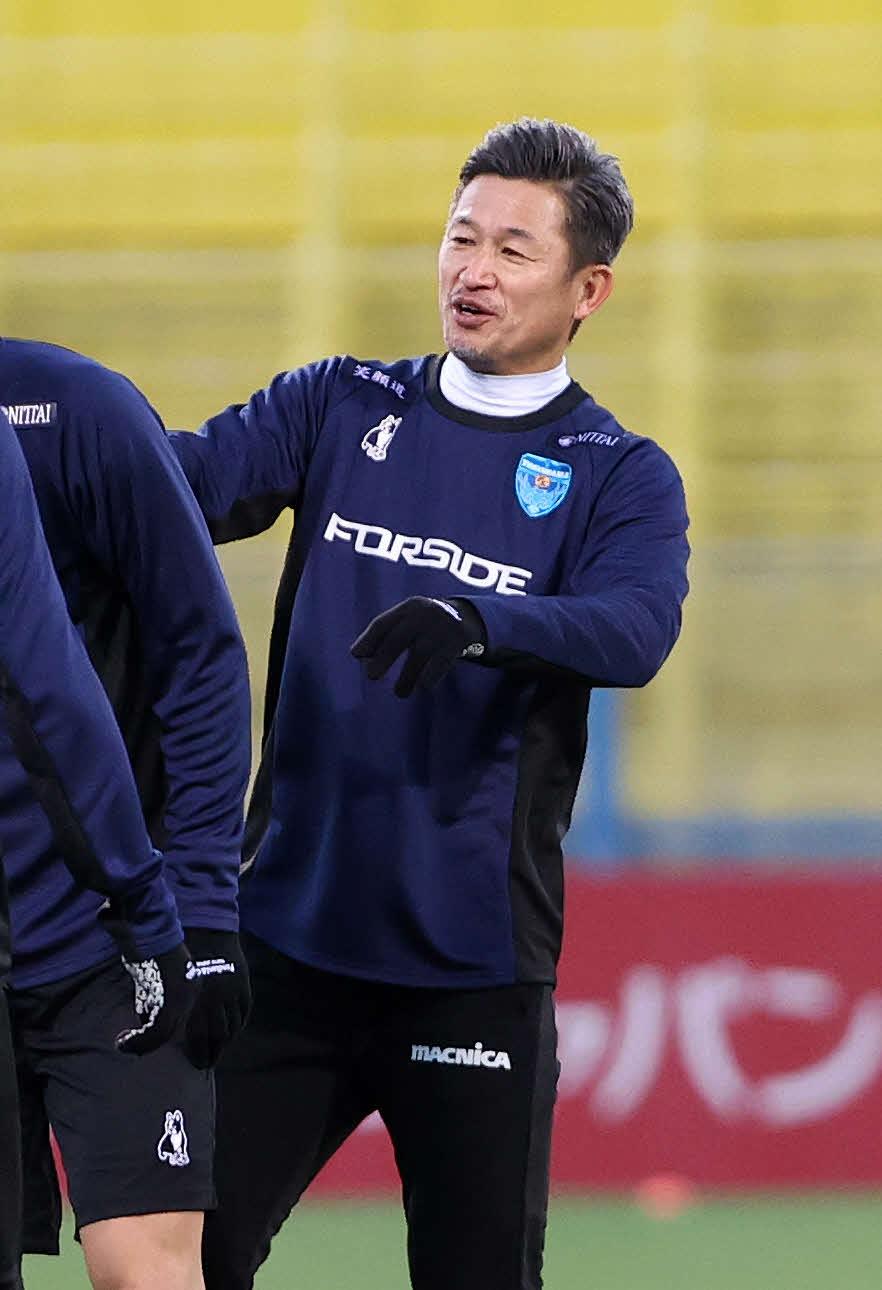 柏対横浜FC 試合前、笑顔を見せる横浜FC・FW三浦(撮影・鈴木正人)