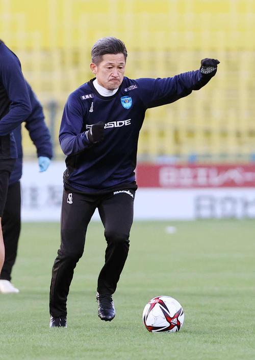 柏対横浜FC 試合前、アップする横浜FC・FW三浦(撮影・鈴木正人)