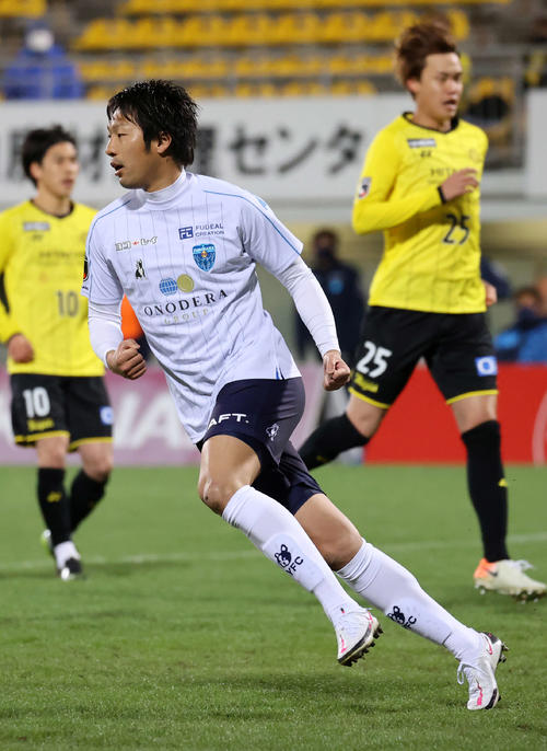 柏対横浜FC 後半、PKを決めガッツポーズする横浜FC・FW伊藤(撮影・鈴木正人)