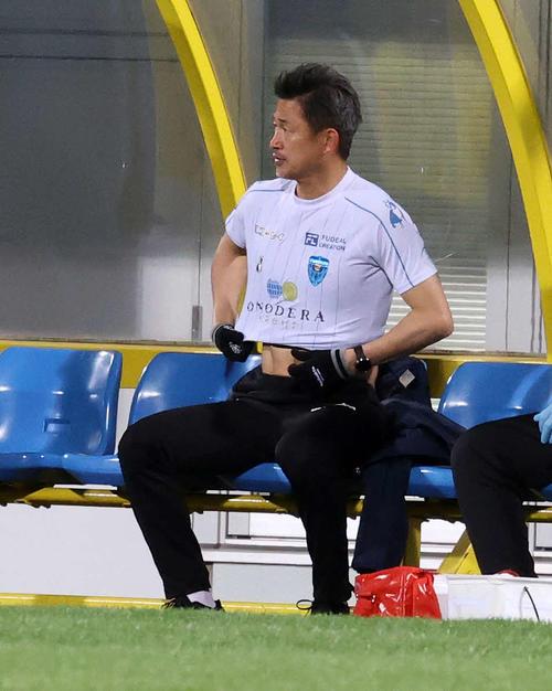柏対横浜FC 後半、出場準備する横浜FC・FW三浦(撮影・鈴木正人)