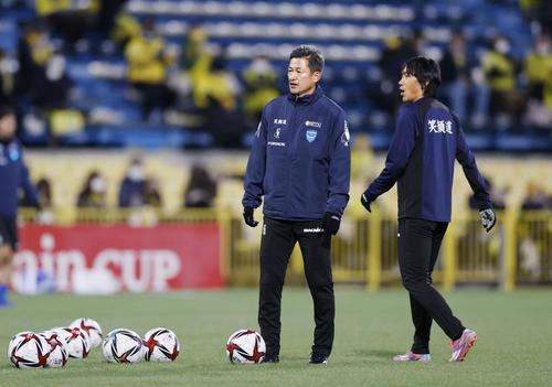 柏―横浜FC 試合前、調整する横浜FC・三浦(左)と中村(共同)