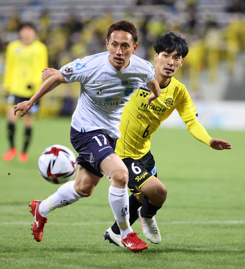 柏対横浜FC 前半、競り合う横浜FC・DF武田(左)と柏DF高橋峻(撮影・鈴木正人)