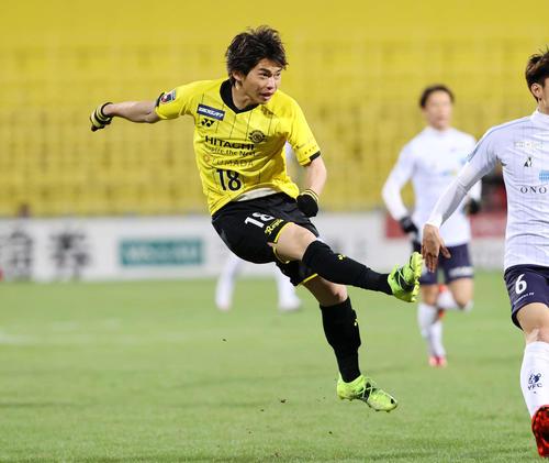 柏対横浜FC 前半、シュートを放つ柏MF瀬川(撮影・鈴木正人)