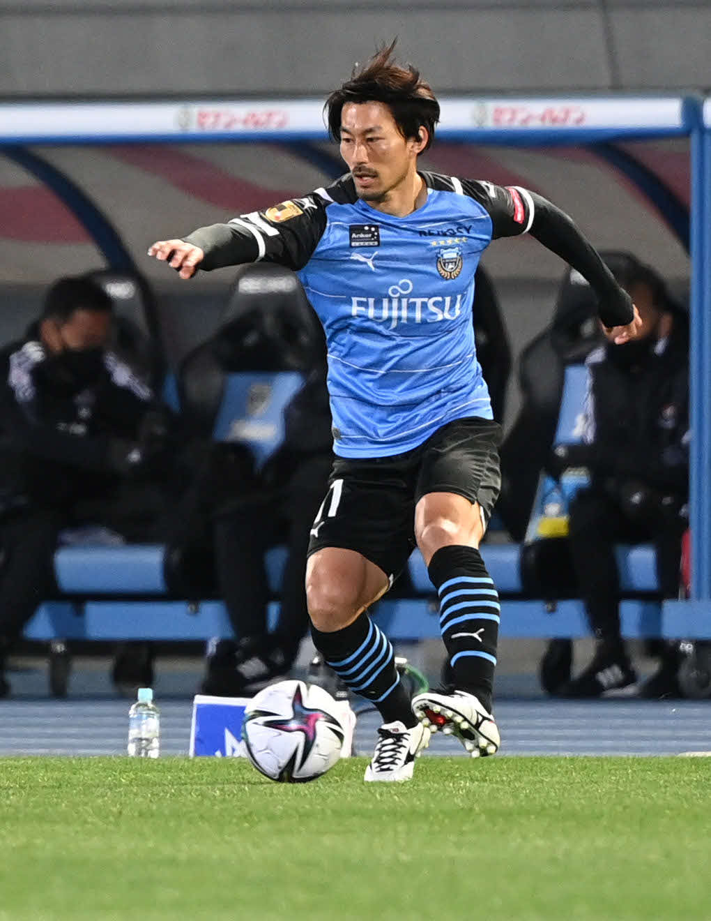 川崎F対横浜 前半、ボールをキープする川崎F・MF家長(撮影・山崎安昭)