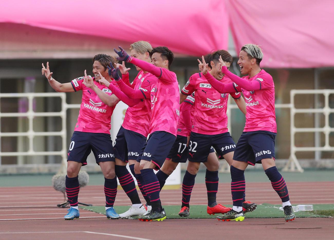 C大阪対柏 前半、先制ゴールを決めたC大阪FW大久保(左端)は祝福するイレブンとポーズを決めて喜ぶ(撮影・前田充)