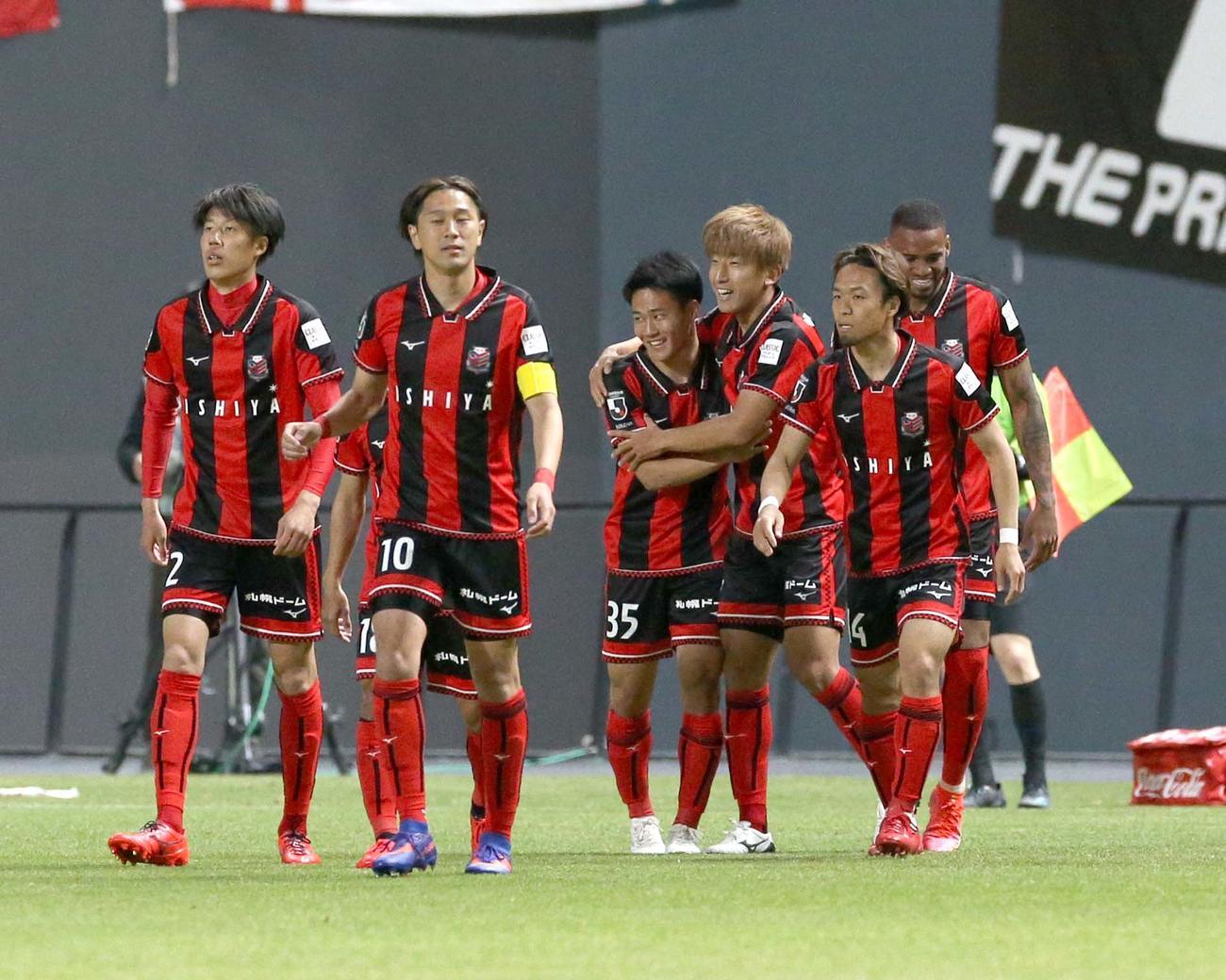 札幌対横浜FC 前半4分、ゴールを決めチームメートと喜ぶ札幌MF金子(右から3人目)(撮影・佐藤翔太)