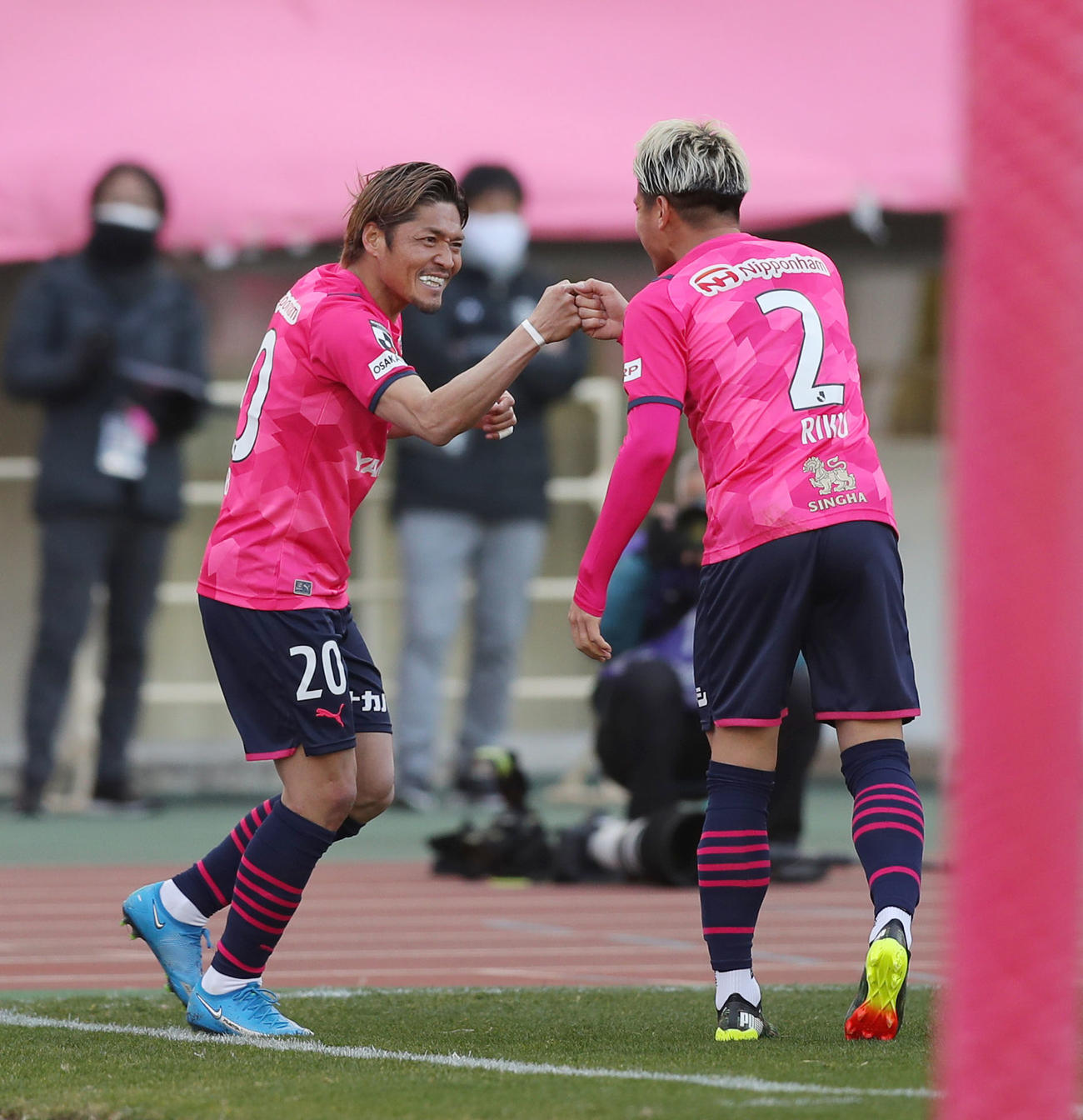 C大阪対柏 前半、先制ゴールを決めたC大阪FW大久保(左)はアシストしたDF松田陸と笑顔でグータッチ(撮影・前田充)