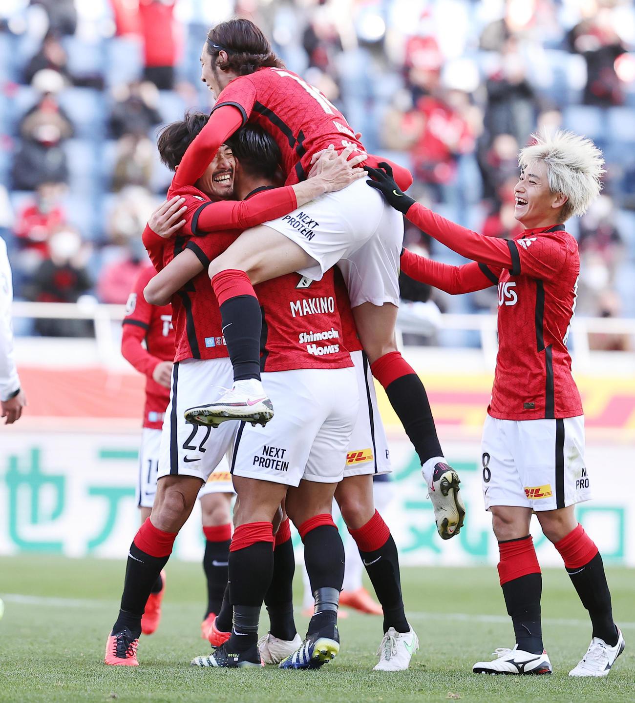 浦和対東京 後半、先制ゴールを決めた浦和MF阿部(左下)は祝福するイレブンと抱擁する(撮影・浅見桂子)