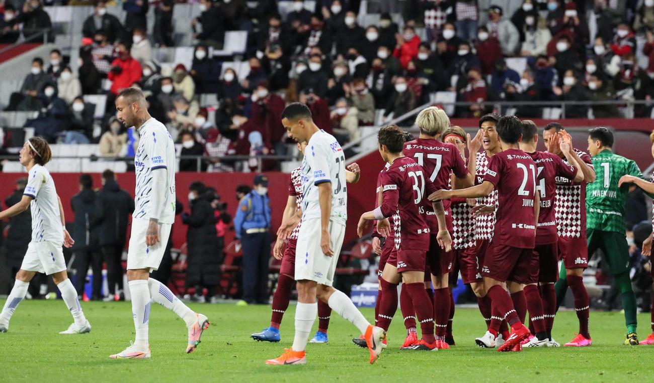 勝利を祝う神戸イレブン(右)と破れたG大阪イレブン(撮影・宮崎幸一)