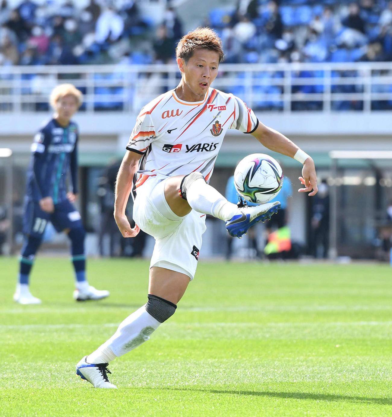 福岡対名古屋 前半、ペナルティーエリアでパスを受ける名古屋MF柿谷(撮影・岩下翔太)