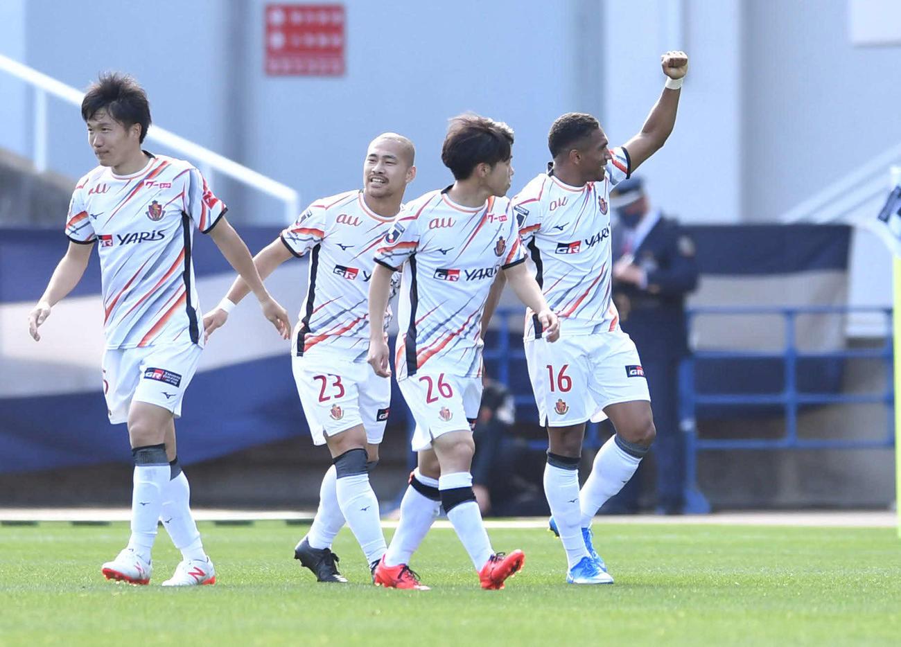 福岡対名古屋 後半、この試合2度目のゴールを決めた名古屋FWマテウス(右端)はベンチに向かって笑顔でガッツポーズ(撮影・岩下翔太)