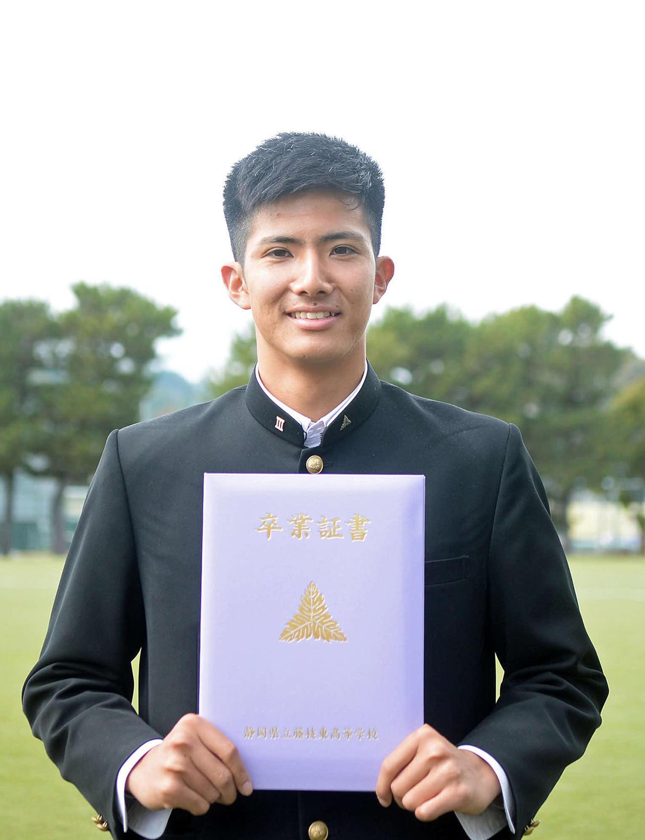 藤枝東高の卒業証書を見せるJ2金沢DF稲葉(撮影・神谷亮磨)
