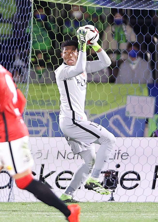 湘南対浦和 後半、ボールをキャッチする浦和GK鈴木(撮影・鈴木正人)