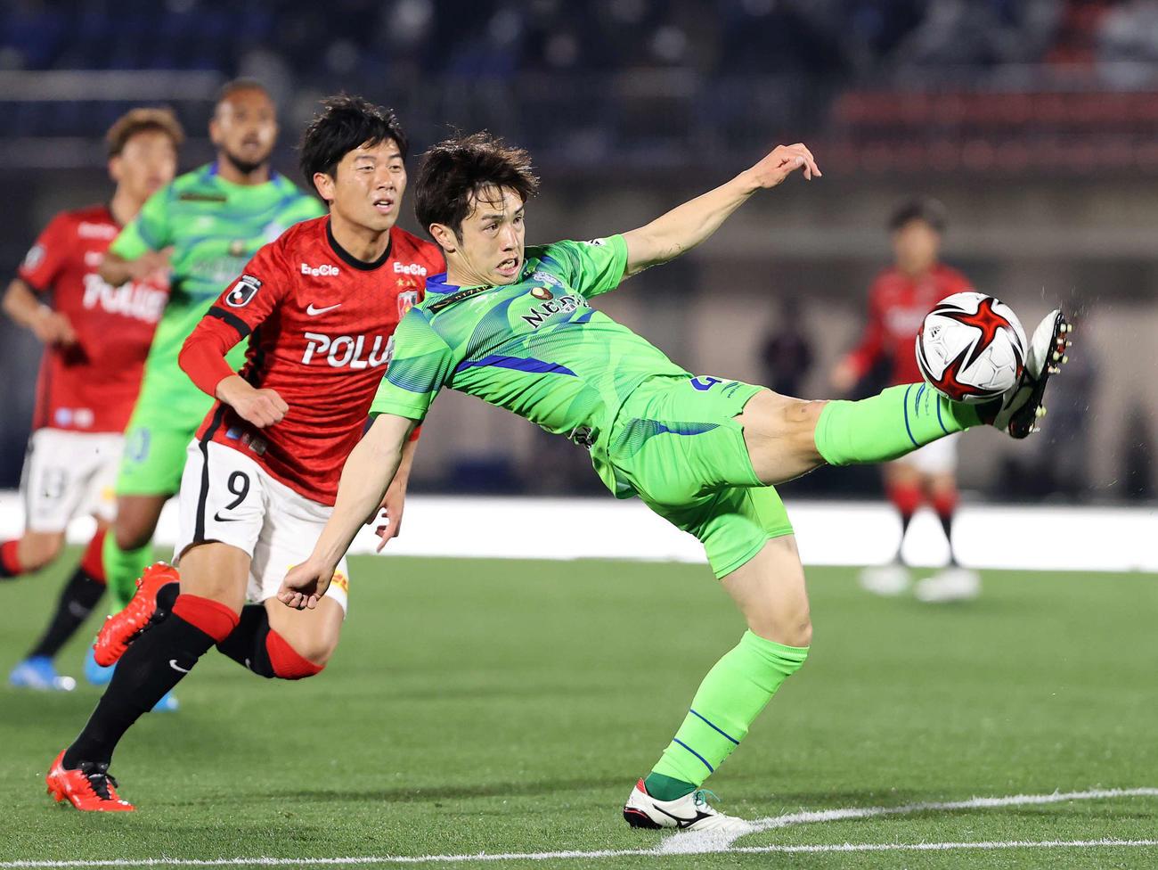 湘南対浦和 前半、ボールをクリアする湘南DF舘(右)。左は浦和FW武藤(撮影・鈴木正人)