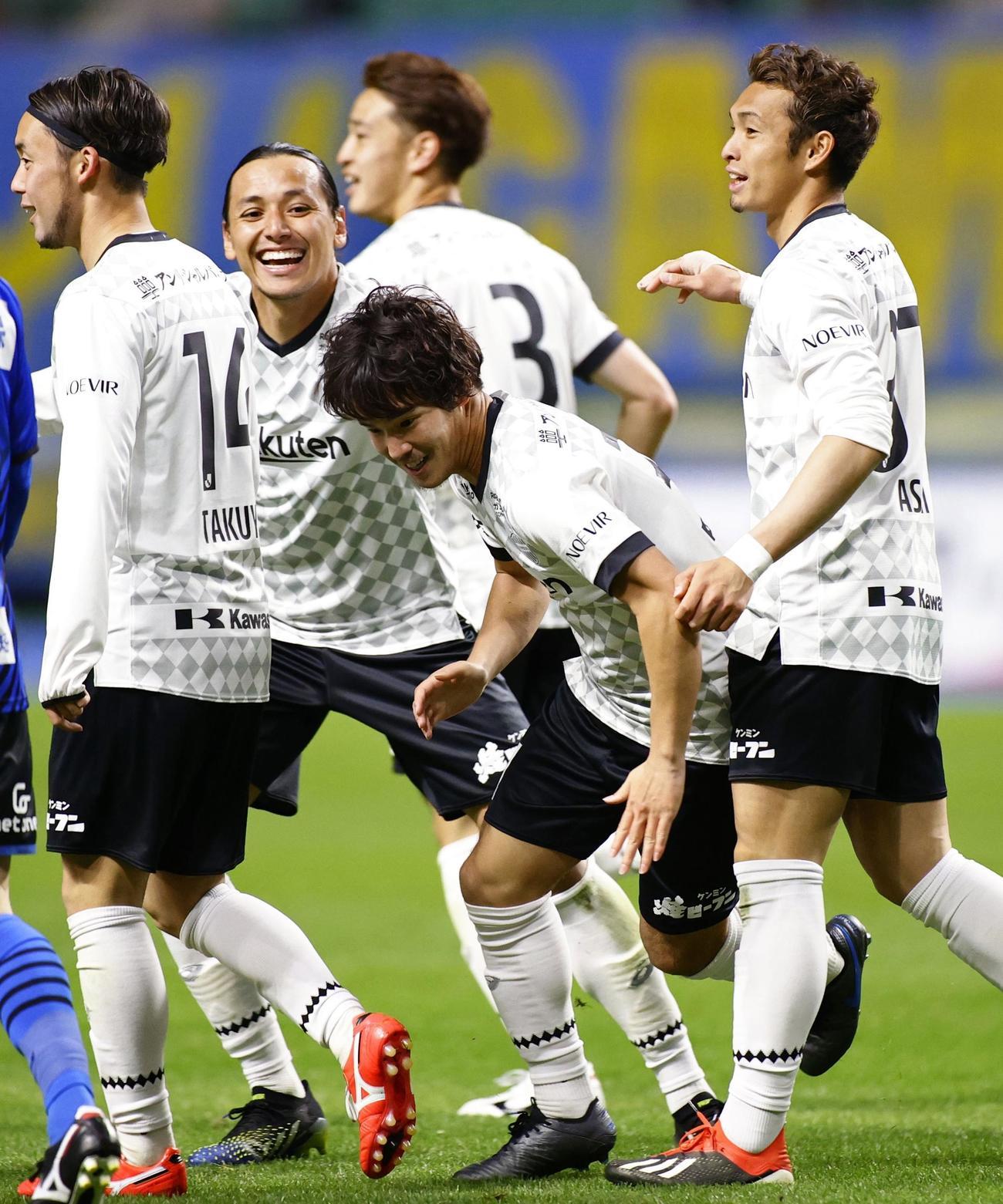 大分―神戸 後半、チーム2点目のゴールを決め祝福される神戸・中坂(右から2人目)(共同)
