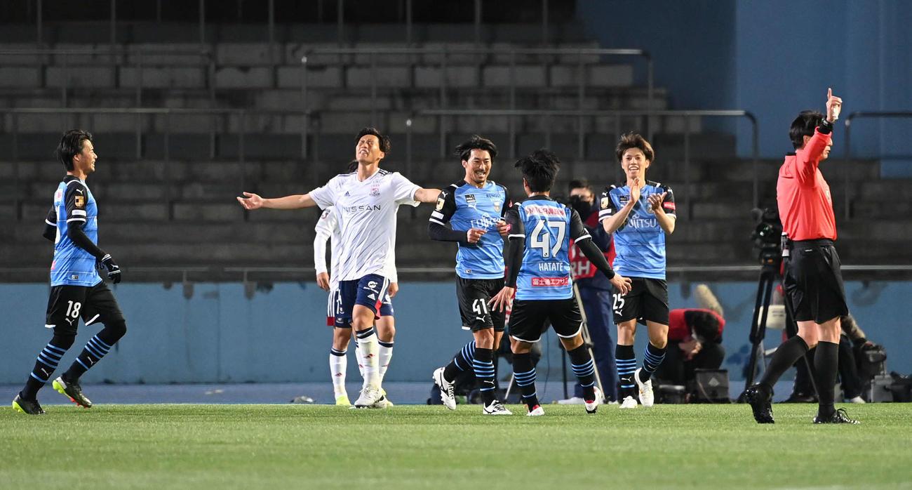 2月26日、先制点を決めて喜ぶ川崎F・MF家長(中央)