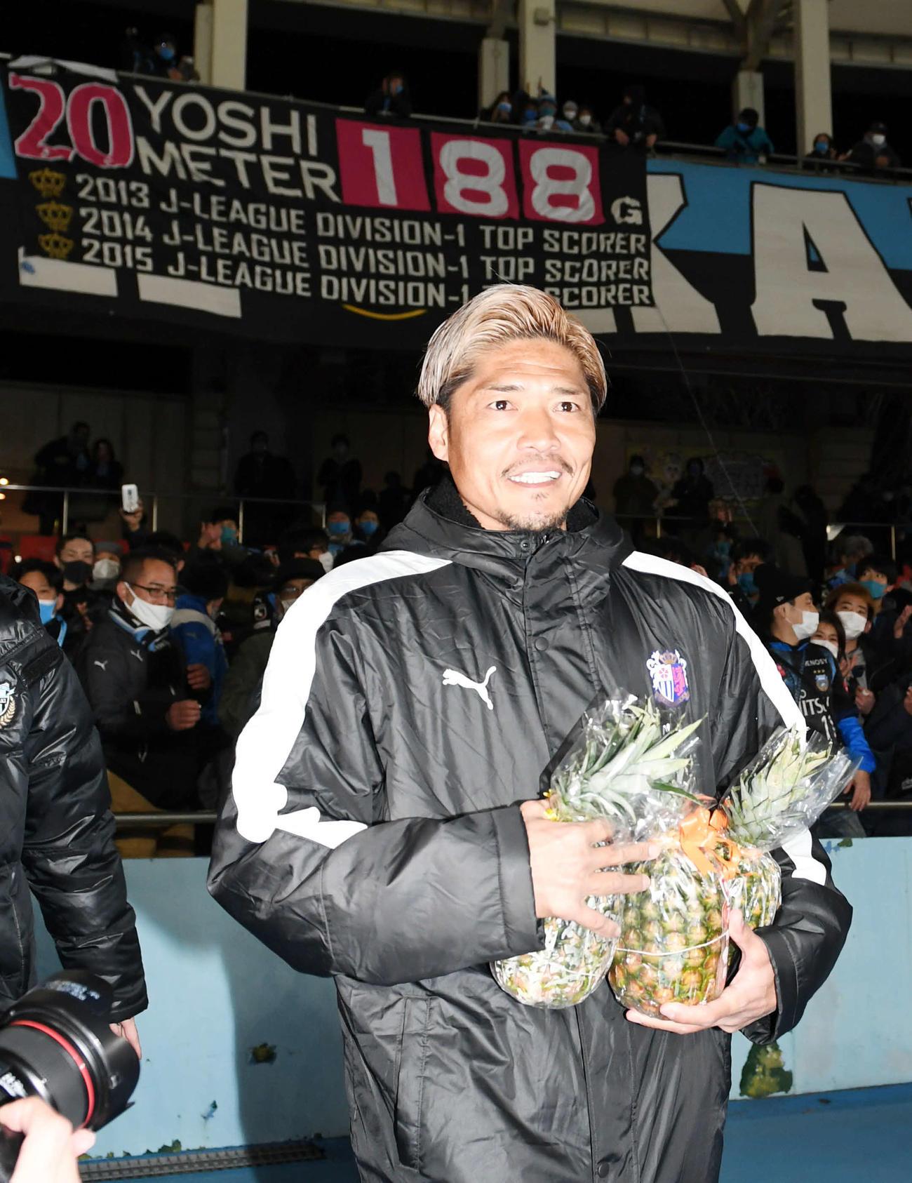 川崎F対C大阪 試合後、川崎FサポーターにあいさつしたC大阪FW大久保は「ヨシメーター」を背に引き揚げる(撮影・山崎安昭)