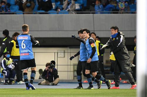 川崎F対C大阪 後半、追加点を奪った川崎F・MF三笘(右から3人目)は笑顔を見せる(撮影・山崎安昭)