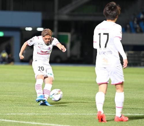 川崎F対C大阪 前半、先制点を奪うC大阪FW大久保(撮影・山崎安昭)