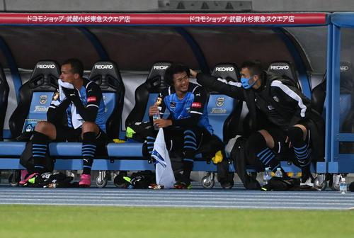 川崎F対C大阪 後半、ベンチに下がった川崎F・MF三笘(中央)はチームメートの祝福に笑顔を見せる(撮影・山崎安昭)
