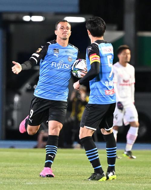 川崎F対C大阪 前半、得点した川崎F・FWレアンドロ・ダミアンはチームメートとタッチをかわす(撮影・山崎安昭)
