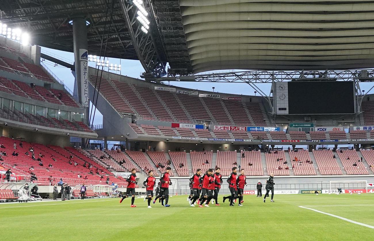 試合が中止となり急遽、公開練習になりスタンドのサポーターの前でランニングする名古屋グランパスの選手ら(撮影・森本幸一)