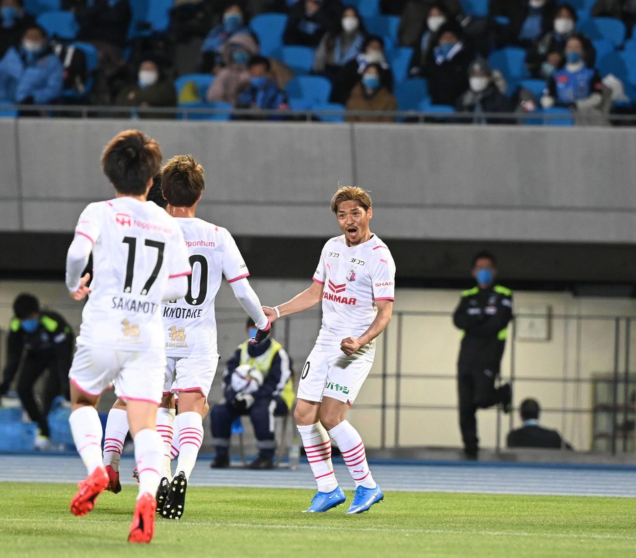 川崎F対C大阪 前半、追加点を決めて喜ぶC大阪FW大久保(右)(撮影・山崎安昭)