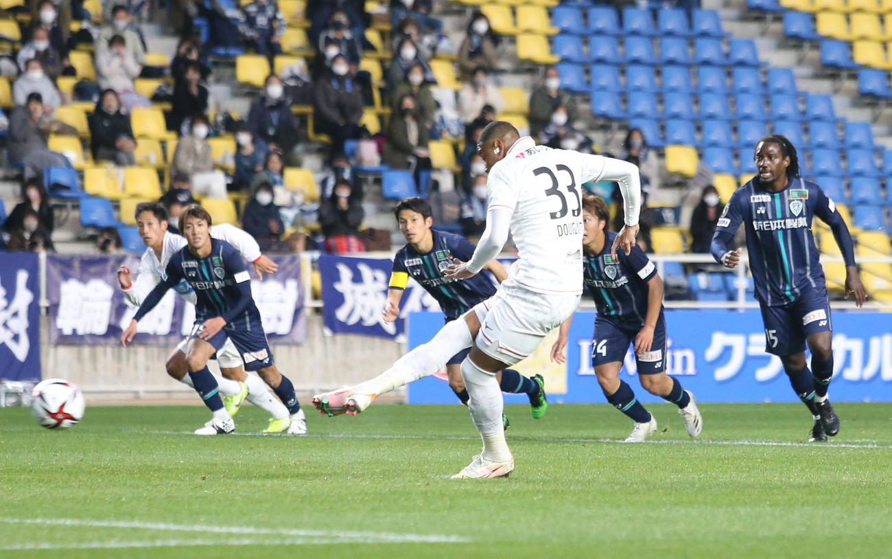福岡対札幌 前半14分、PKを決める札幌FWドウグラス・オリヴェイラ(撮影・菊川光一)