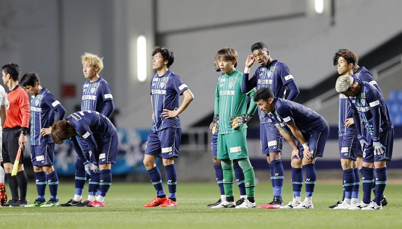 札幌に敗れた福岡イレブン(共同)