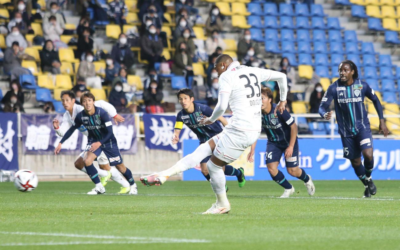 福岡対札幌 前半14分、PKを献上し札幌FWオリヴェイラにゴールを許す(撮影・菊川光一)