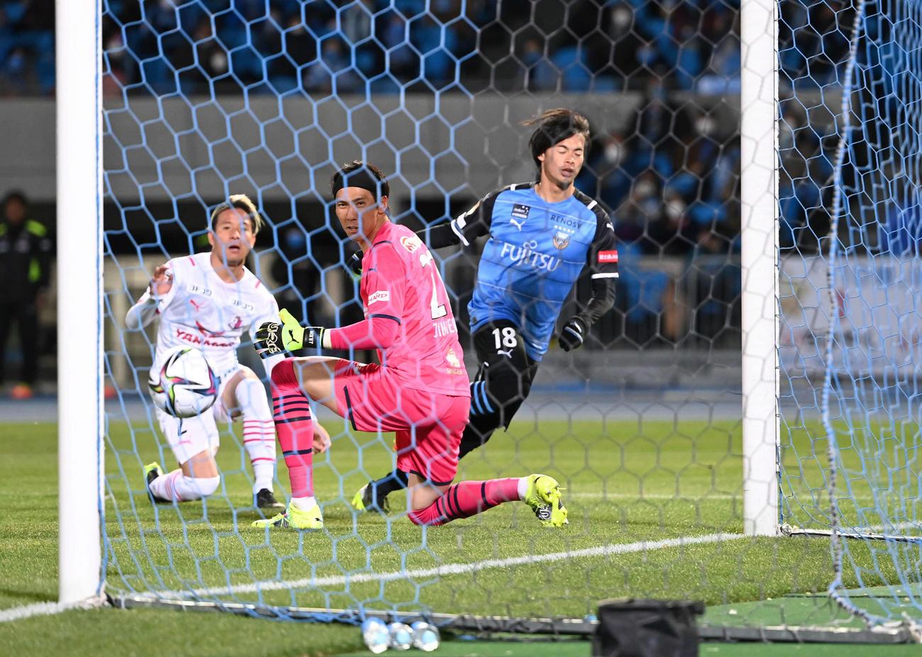 川崎F対C大阪 後半、追加点を奪う川崎F・MF三笘(右)(撮影・山崎安昭)